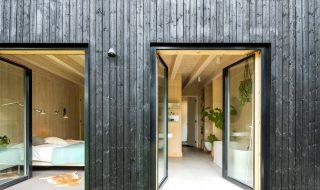 zwart houtskeletbouw Barentsz huis met Scandinavische uitstraling