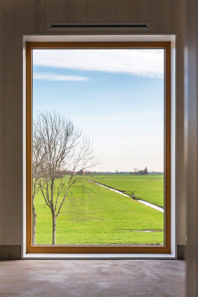 Raam met uitzicht op een weiland